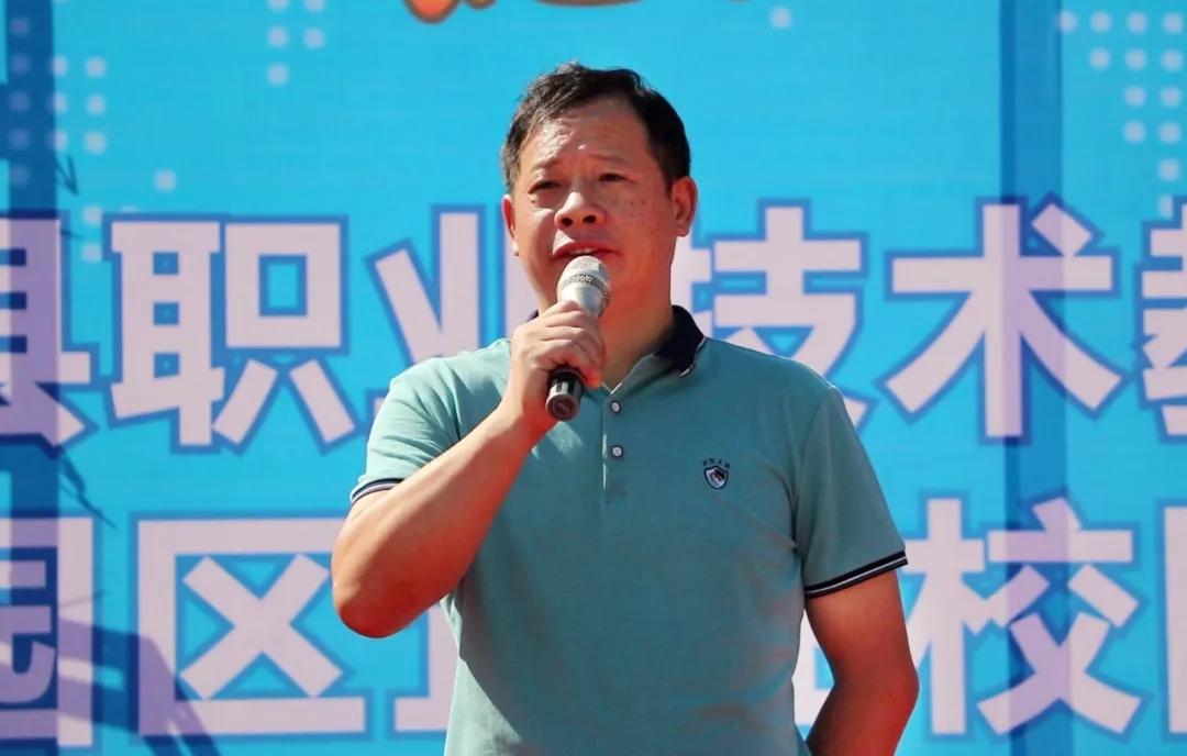 桂阳县人力资源和社会保障局副局长彭文学宣布招聘会正式开始。.webp