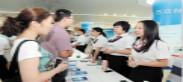 湖南省分行员工向市民介绍小微企业特色产品