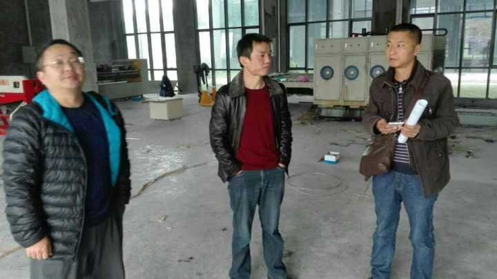 县经信局长杨志勇深入鑫达纸质品厂积极为企业排忧解难。